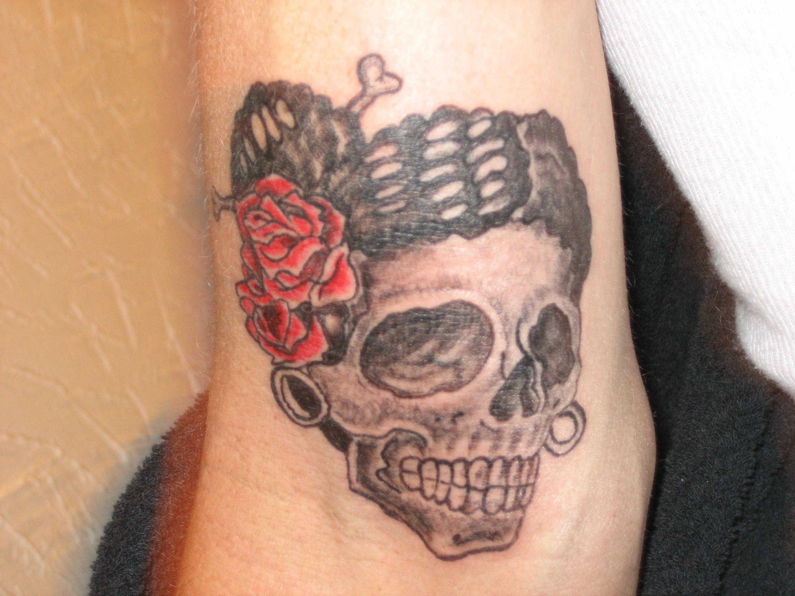 Woman tries to cut tattoo off boyfriend s neck man eats for Cut off tattoo