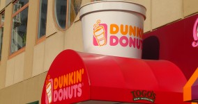 Teen sells kidney to buy iPad2, woman sues Dunkin Donuts for putting sugar in her coffee and more: Rynski radio – UPDATE with playlist and download